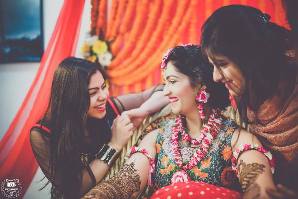 bridesmaid photoshoot ideas, indian bride, mehendi, floral jewellery