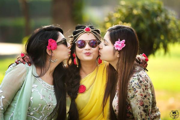 Bridesmaid photoshoot ideas, indian bride, mehendi ideas