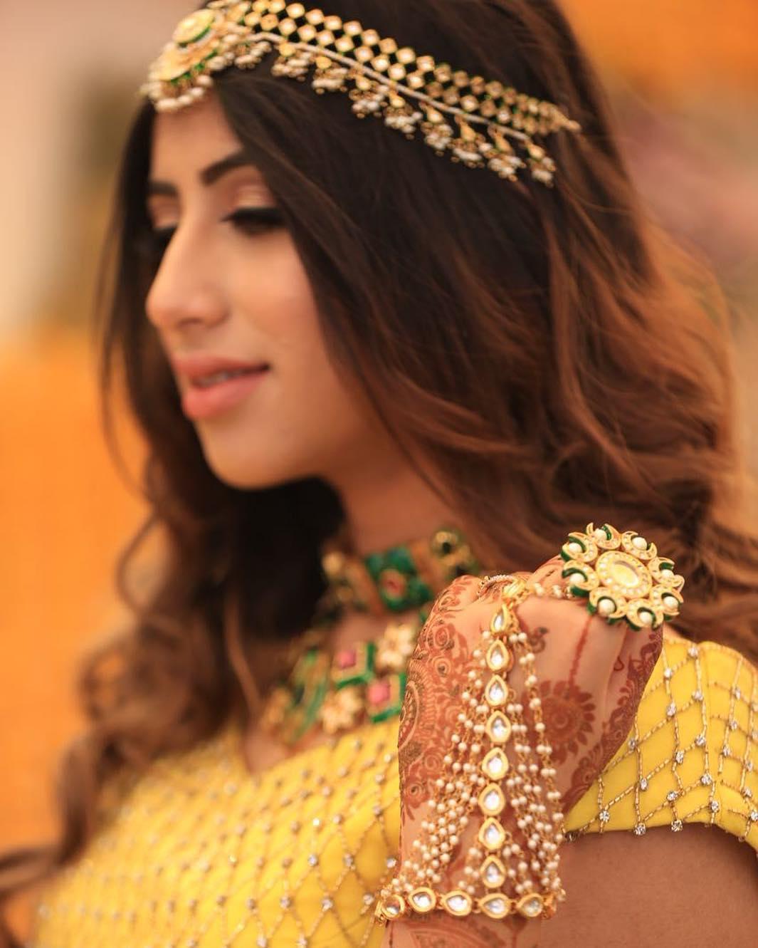 indian wedding, bride, mehendi hands, henna hands, bridal outfit, jewellery, hathphool, kundan jewellery, hathphool ideas, hathphool inspirations, yellow outfit, mehendi outfit, henna outfit, mehendi outfit ideas