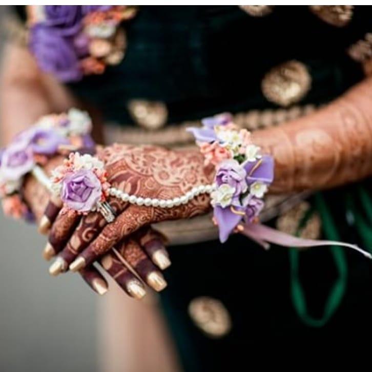 floral jewellery, floral hathphool, bride, bride hands, henna hands, mehendi ceremony, indian bride, wedding jewellery, pastels, artificial flowers, dry flowers