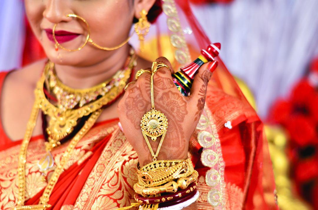 bengali wedding, bengali bride, hathphool, gold hathphool, traditional wedding, bride, henna hands, mehendi hands, indian wedding, red saree, wedding day, gold jewellery, bridal jewellery