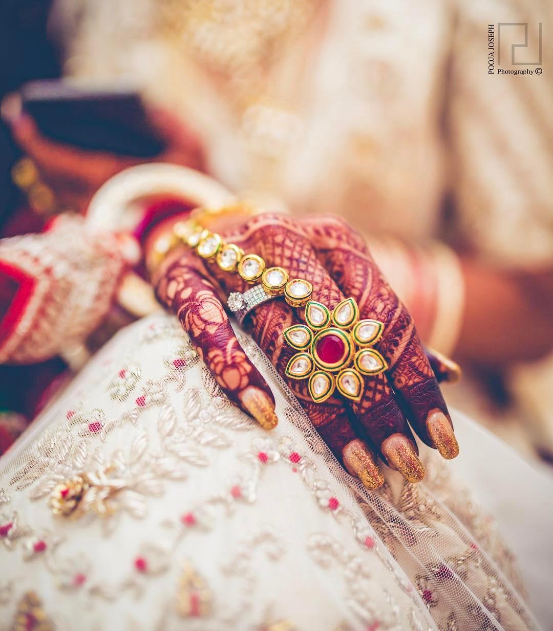 Kundan jewellery, hathphool, gold jewellery, kundan hathphool, kundan haathphool, bride hands, bride, mehendi hands, henna hands, wedding inspirations, hathphool ideas, wedding ring, wedding jewellery, bridal jewellery, wedding photography