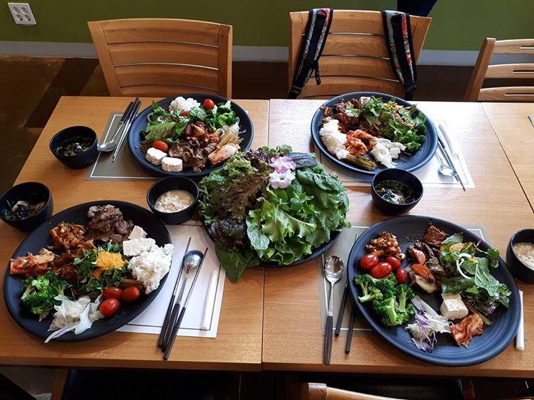 eco-friendly wedding, organic vegetarian food, food buffet, wedding buffet, dessert, salad, green vegetables