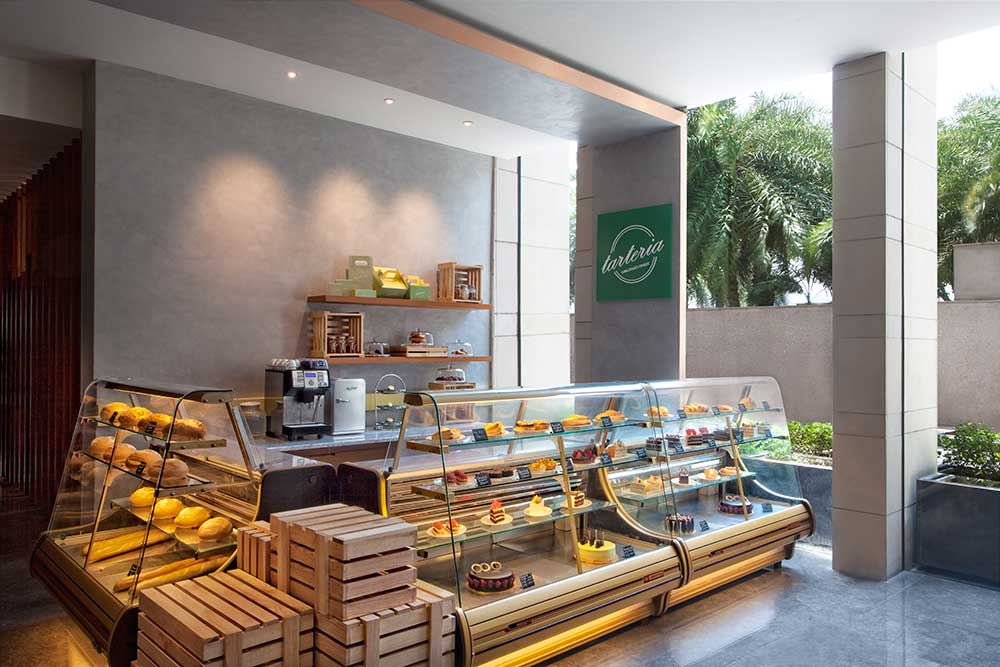 swimming pool, boutique shop, hotel facilities, cake shop, tarteria, dessert counter, pizza counter, live counter