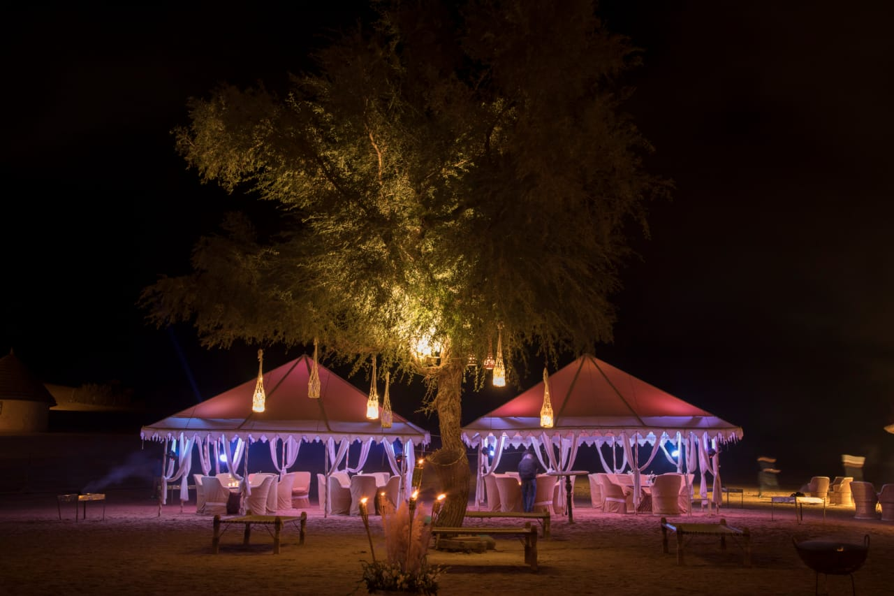desert wedding, desert decor, desert lighting ideas, desert wedding decor, desert wedding ideas, desert decoration, desert huts, huts decor, sitting arrangement, tabletop decor, tabletop lighting, fairy lights
