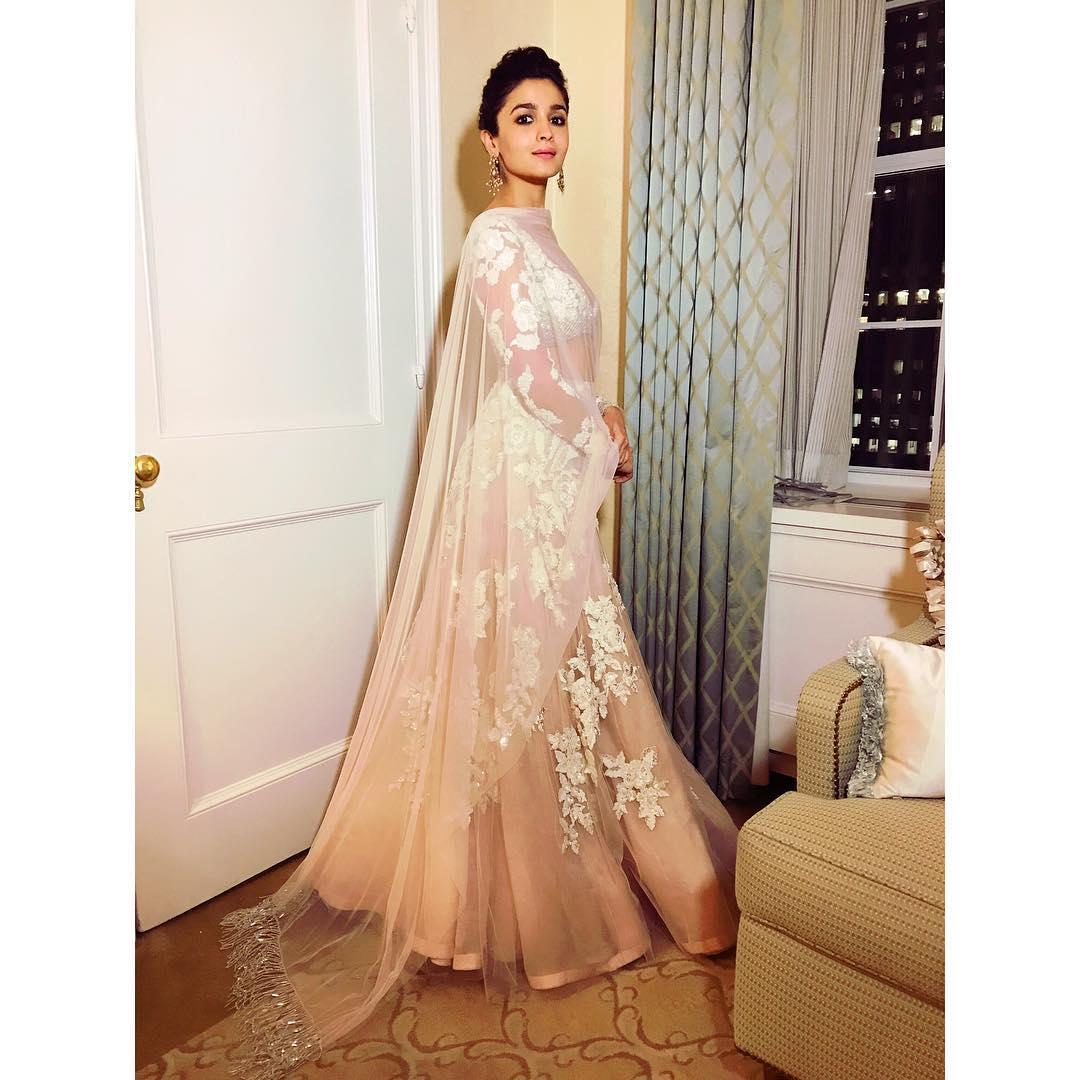 Alia Bhatt, bridesmaid, bridesmaid dresses, bridesmaid outfit ideas, wedding outfit,
