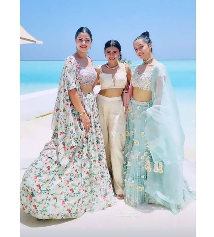Kapoor cousins posing with Shraddha